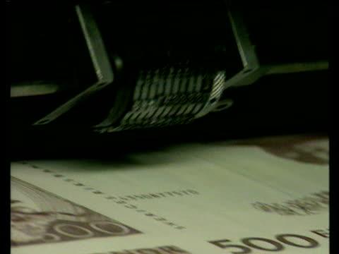 vidéos et rushes de euro currency bank notes roll off printing press 1990's - billet de banque