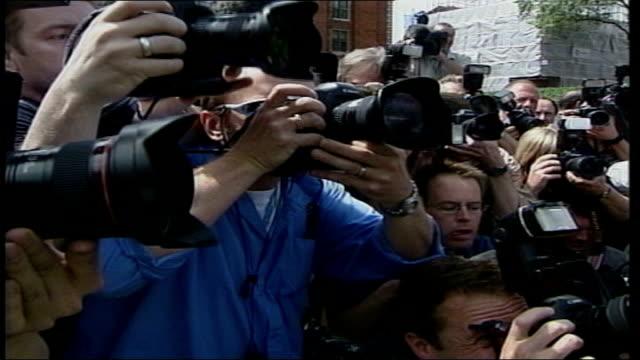 gains; itn england: london: int robert kilroy silk thru newsroom as stops to look at camera and says 'that's me on telly, oh look i'm on telly' sot... - ロバート・キルロイ=シルク点の映像素材/bロール