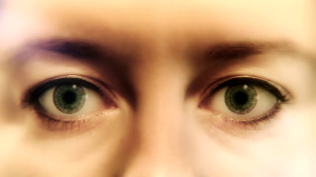 vídeos de stock, filmes e b-roll de sinais de euro nos olhos - símbolo