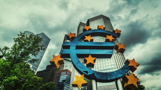 vídeos de stock, filmes e b-roll de euro symbol in frankfurt - comunidade europeia