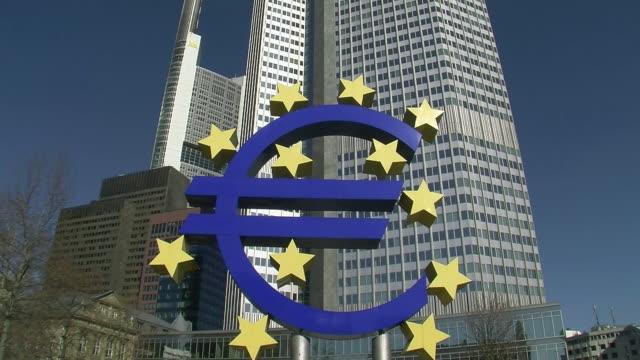 ws tu euro symbol in front of european central bank tower / frankfurt main, hessen, germany - 中央銀行点の映像素材/bロール