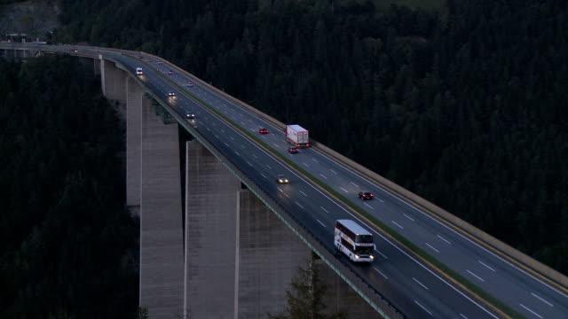 europa bridge, brenner pass at dusk - 北チロル点の映像素材/bロール