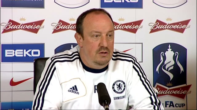chelsea to play basel in semi-final; surrey: cobham: int benitez press conference sot wide shot benitez in press conference - 準決勝点の映像素材/bロール