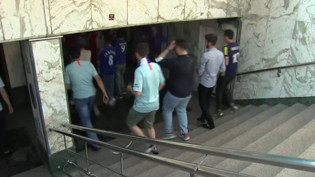 build-up to chelsea v arsenal; azerbaijan: baku: ext arsenal fans chanting in street ahead of europa league final as local man stands on balcony... - station stock videos & royalty-free footage