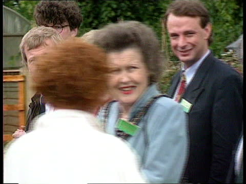 conservative party cf enfield capel manor horticultural and environment centre cms former pm margaret thatcher mp chatting ms thatcher chatting as... - orticoltura video stock e b–roll
