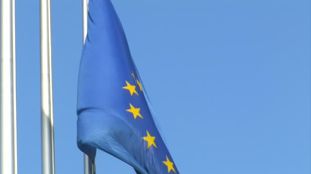 stockvideo's en b-roll-footage met europe flag - parliament building