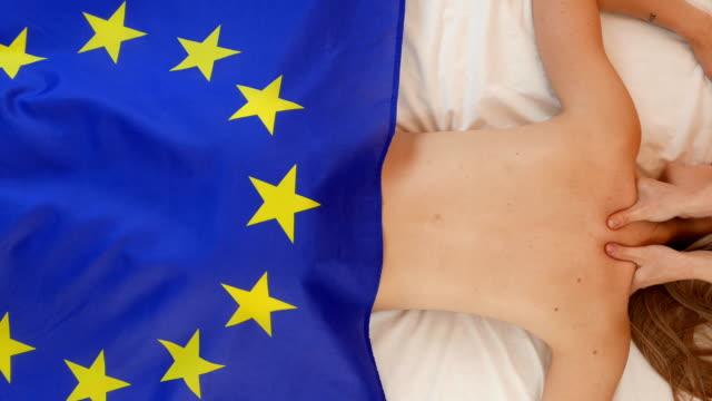 europa in den händen einer schönen frau - gewerkschaft stock-videos und b-roll-filmmaterial