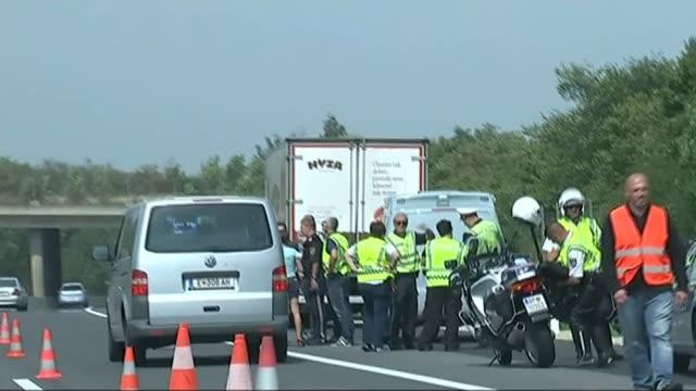 50 found dead in lorry austria nr parndorf shot past austrian police gathered around back of refrigerated lorry 'hyza' on a4 motorway - オーストリア点の映像素材/bロール