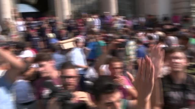 europe migrant crisis: budapest's main railway station closed to migrants; hungary: budapest: ext crowd of migrants chanting outside budapest keleti... - budapest stock-videos und b-roll-filmmaterial