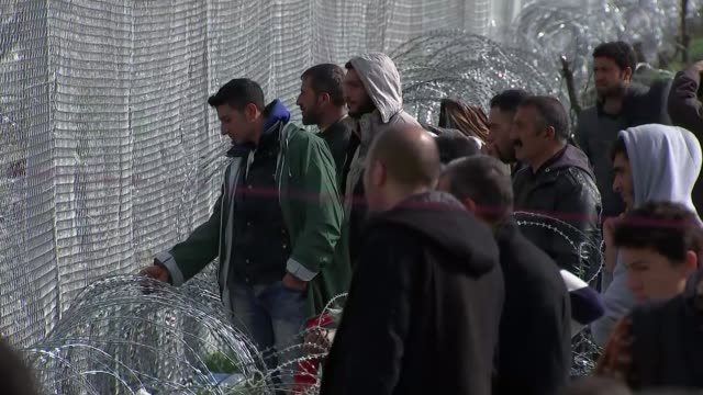 vidéos et rushes de europe migrant crisis: counties begin to restrict borders; idomeni: various shots of migrants standing behind fence - frontière
