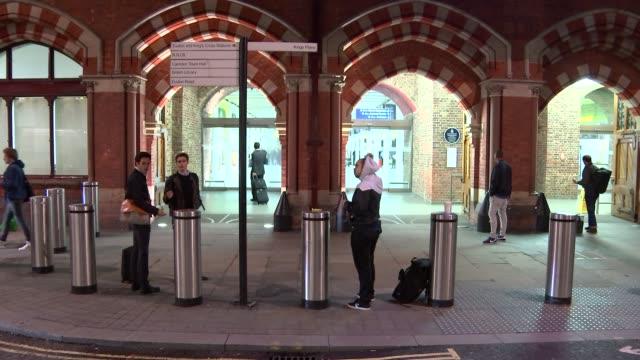 eurostar passengers at st pancras england london st pancras international station int gvs people along at st pancras international station /... - eurostar stock-videos und b-roll-filmmaterial