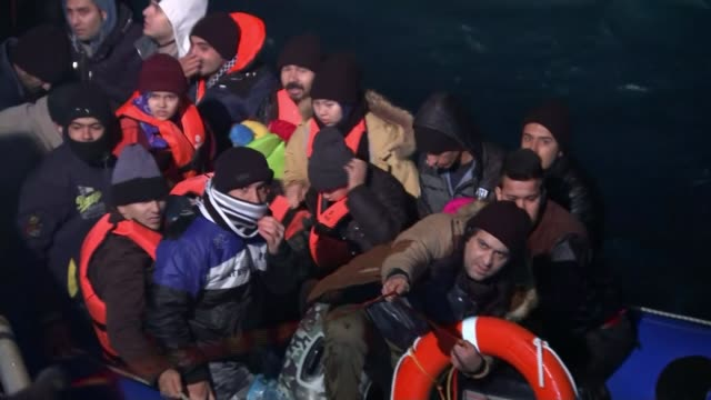 vidéos et rushes de migrants continue to cross aegean sea to greece at sea aegean sea very dark shot of rescue boat searching sea for migrants as group of afghan... - outcrop