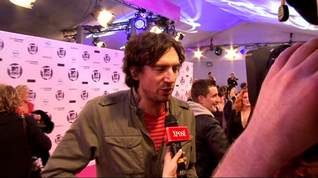 vídeos y material grabado en eventos de stock de celebrity interviews jessie j speaking to press pan to show her outfit / gary lightbody speaking to press back and side view of coldplay speaking to... - snow patrol