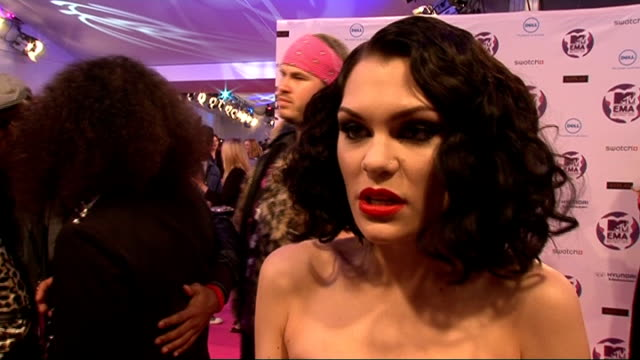 vídeos y material grabado en eventos de stock de celebrity interviews jessie j speaking to press jessie j interview sot on the mtv emas / her new show 'the voice' it will be different from the... - the cure