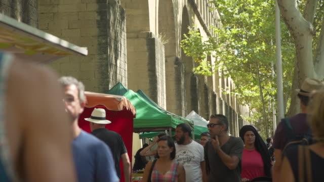 europe street market under saint clement aqueduct at montpellier - frankreich stock-videos und b-roll-filmmaterial