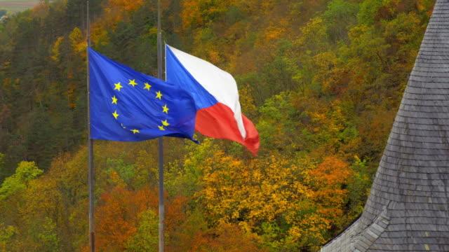 europäische und tschechische flaggen wehen im wind - tschechische kultur stock-videos und b-roll-filmmaterial