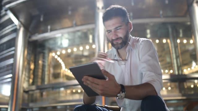 uomo d'affari europeo a kuala lumpur con tablet - abbigliamento da lavoro formale video stock e b–roll