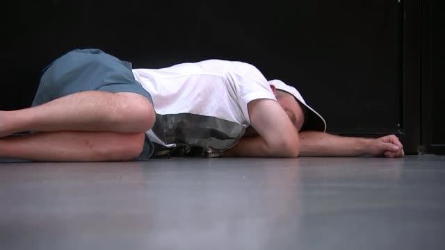 vídeos y material grabado en eventos de stock de liverpool beat tottenham hotspur fans react spain madrid int tottenham hotspur fan sleeping on ground at train station - liga de campeones