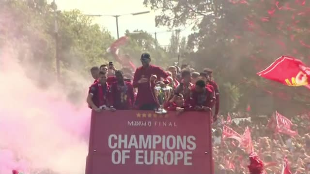 vídeos de stock e filmes b-roll de liverpool parade trophy to thousands of adoring fans england liverpool ext jurgen klopp holding champions league trophy at front of parade bus... - liverpool inglaterra
