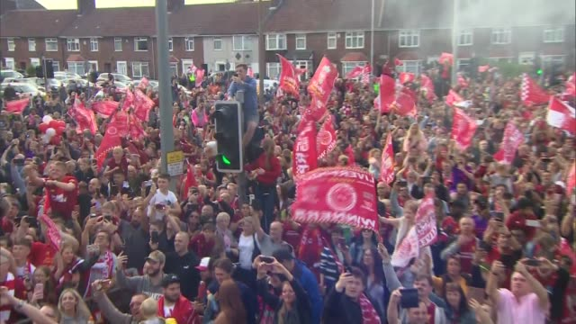 vidéos et rushes de liverpool parade trophy to thousands of adoring fans **picture quality as incoming** england liverpool ext various of liverpool supporters along the... - fan