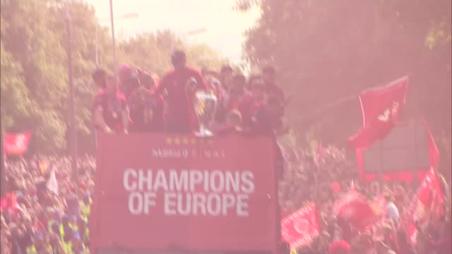 liverpool parade trophy to thousands of adoring fans **picture quality as incoming** england liverpool ext various of liverpool team and manager... - liverpool england stock-videos und b-roll-filmmaterial