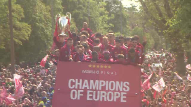 vídeos de stock e filmes b-roll de liverpool parade trophy to thousands of adoring fans england liverpool ext various of liverpool team through the city in an opentopped bus along... - liverpool inglaterra
