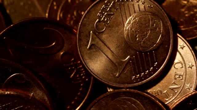 monete europee - sfondo marrone video stock e b–roll