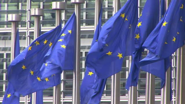europäische kommission headquarters 6 - europäische kommission stock-videos und b-roll-filmmaterial