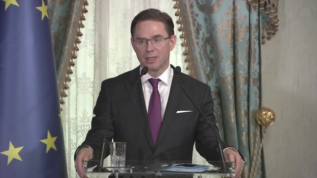 european commission vicepresident for jobs growth investment and competitiveness jyrki katainen answers questions from journalists at a joint press... - esecuzione pubblica video stock e b–roll