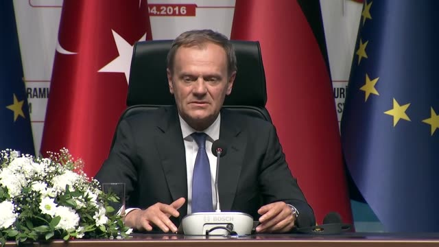 european council president donald tusk speaks during a joint press conference of turkey-eu aid program for syrian refugees with turkish prime... - primo ministro turco video stock e b–roll