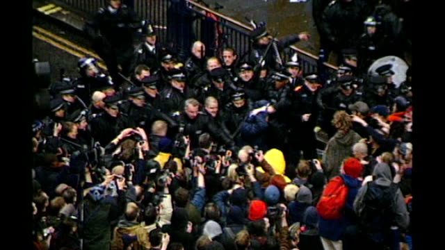 vídeos de stock, filmes e b-roll de european court of human rights rules 'kettling' tactic lawful tx london oxford circus police scuffling with protesters air view of protesters... - 1 de maio