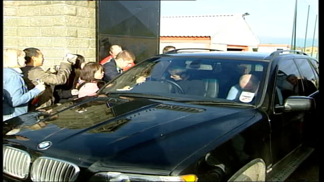 european draws/houllier leaves hospital itn liverpool ext jamie redknapp sitting in car signing autographs as leaving training ground - 退院点の映像素材/bロール