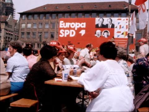 "stockvideo's en b-roll-footage met european election: rally in nuremberg; west germany: nuremberg: ext band plays cms poster ""deutsche sagt ja zu europa"" various shots pro-european... - west europa"