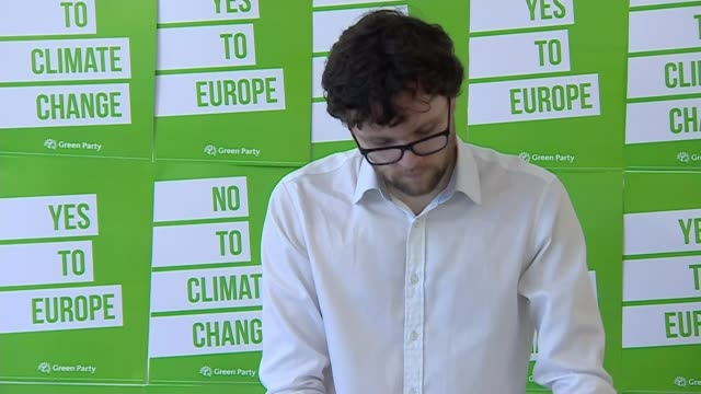 vídeos y material grabado en eventos de stock de green party launches european election campaign england london int worker putting up signs 'yes to europe' and 'no to climate change' on wall at... - elección