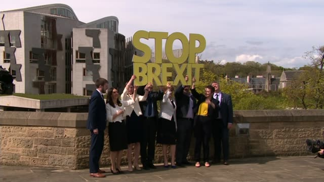 vídeos de stock e filmes b-roll de rush of election manifestoes launched scotland edinburgh ext first minister nicola sturgeon and snp mep candidates holding up 'stop brexit' sign... - eleição