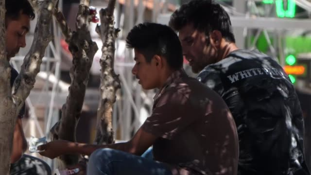 stockvideo's en b-roll-footage met migrants and refugees in athens greece athens victoria square ext various of migrants and refugees mostly from afghanistan gathered in square vox... - athene griekenland