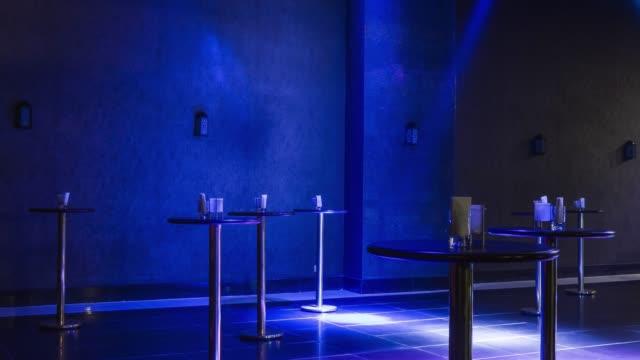 europäische nacht club innenraum - diskothek stock-videos und b-roll-filmmaterial