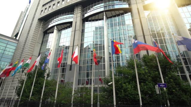 europäischen parlament in brüssel - europäische kommission stock-videos und b-roll-filmmaterial