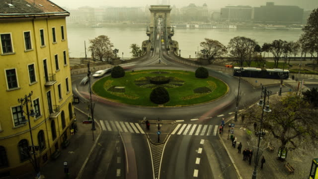 european roundabout traffic circle in budapest, hungary, europe. - time-lapse - széchenyi chain bridge stock videos and b-roll footage