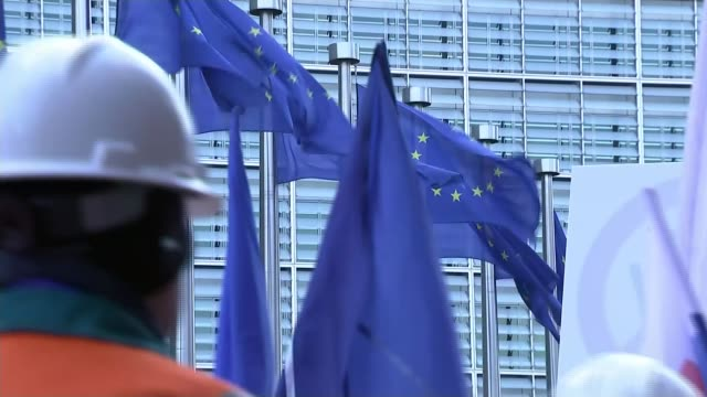 vidéos et rushes de european steel workers protest against cheap chinese imports belgium brussels ec building ext protesting steelworkers marching and chanting 'save our... - acier