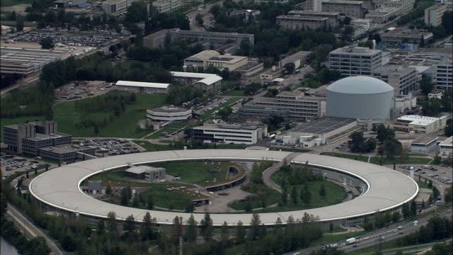vídeos de stock, filmes e b-roll de instalação européia de radiação por síncrotron-vista aérea-ródano-alpes, isère, arrondissement de grenoble, frança - rhône alpes
