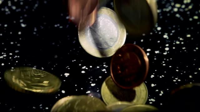vídeos de stock e filmes b-roll de moedas da união europeia, lento mo - european union coin