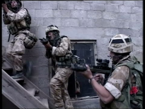 constitution further details released lib british soldiers up steps pan ts british soldiers at door to building - 2003 stock-videos und b-roll-filmmaterial