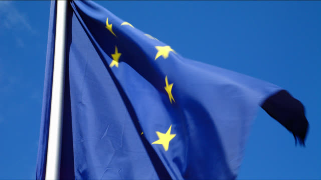 vidéos et rushes de european union flag blows in clear sky - europe