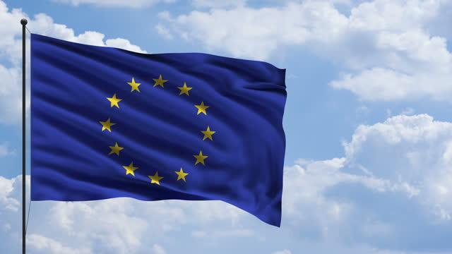 空と雲の背景を持つ風の概念でeu欧州連合旗 - メルセデスベンツファッションウィーク点の映像素材/bロール