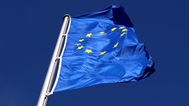 eu-flagge im wind wehende - europäische union stock-videos und b-roll-filmmaterial