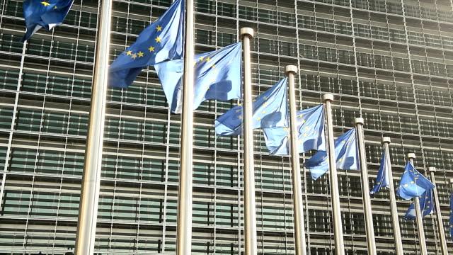 europäische union flaggen auf der eu-kommission in brüssel - region brüssel hauptstadt stock-videos und b-roll-filmmaterial