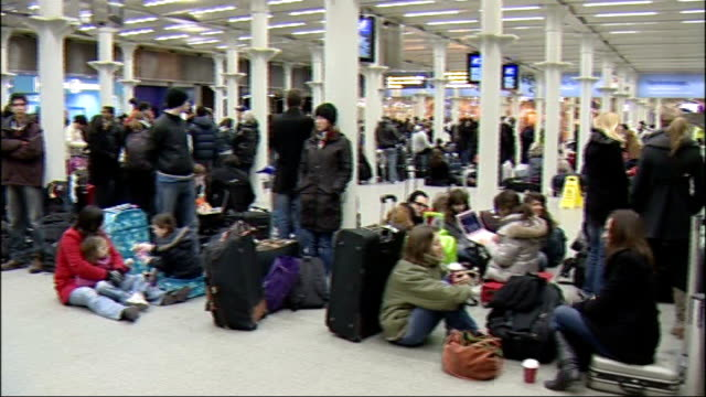 eurostar cancel services following train breakdowns in cold weather london st pancras station int nick mercer interview sot stranded passengers... - eurostar stock-videos und b-roll-filmmaterial