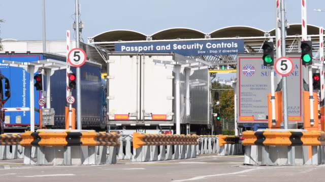 "vídeos y material grabado en eventos de stock de eurotunnel staff check heavy goods vehicles in the ""pitstop"" area, ahead of boarding the trains to france, on october 03, 2019 in folkestone,... - heavy goods vehicle"