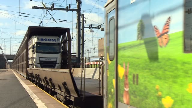 eurotunnel train at the folkestone terminal - eurotunnel folkestone stock-videos und b-roll-filmmaterial
